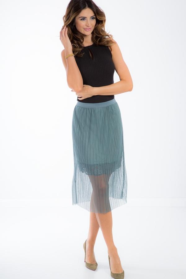 Kombinácia látok a textúr vytvára originálny vzhľad oblečenia.