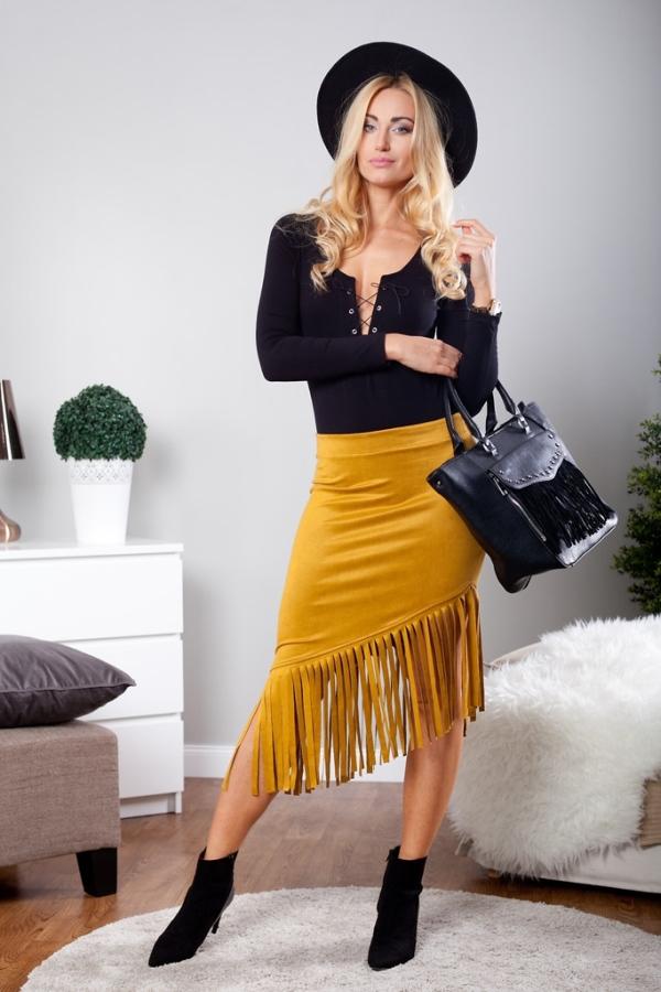 Midi sukne môžete kombinovať s množstvom topánok, vrátane členkových čižiem.