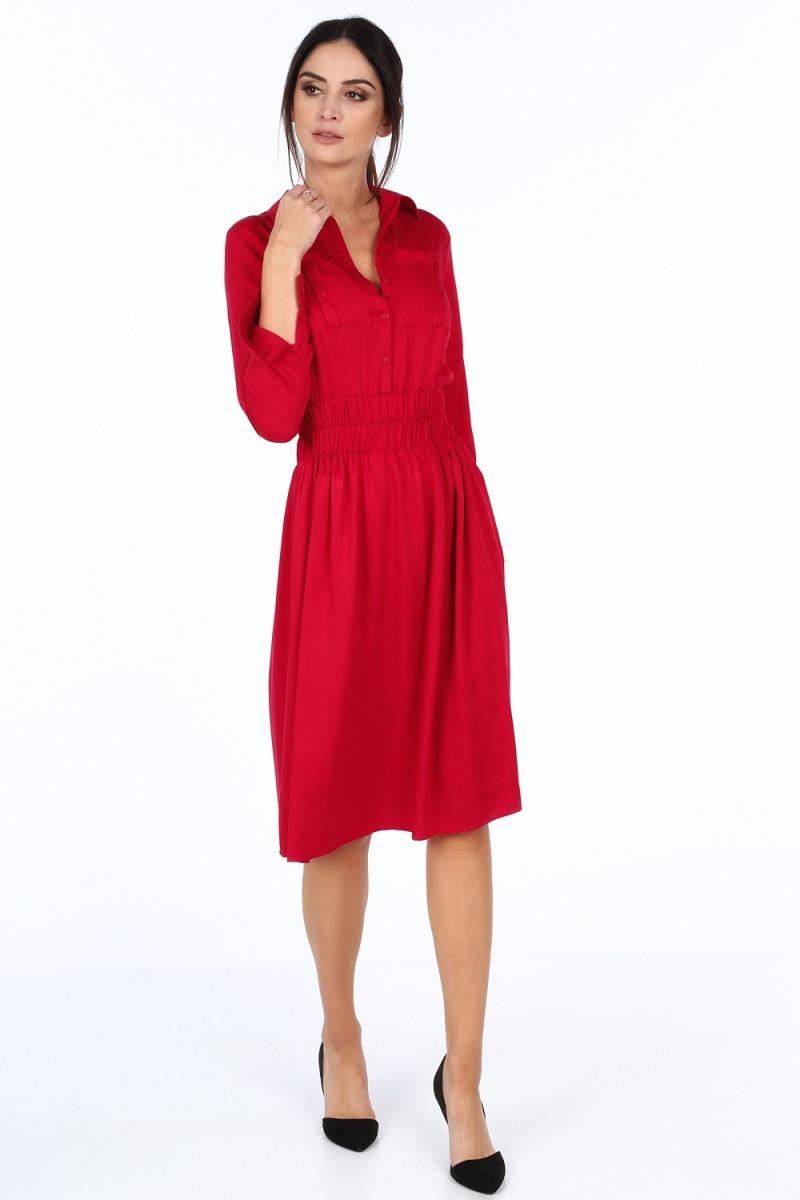 Na stretnutie s rodinou si môžete obliecť jednoduché červené šaty.
