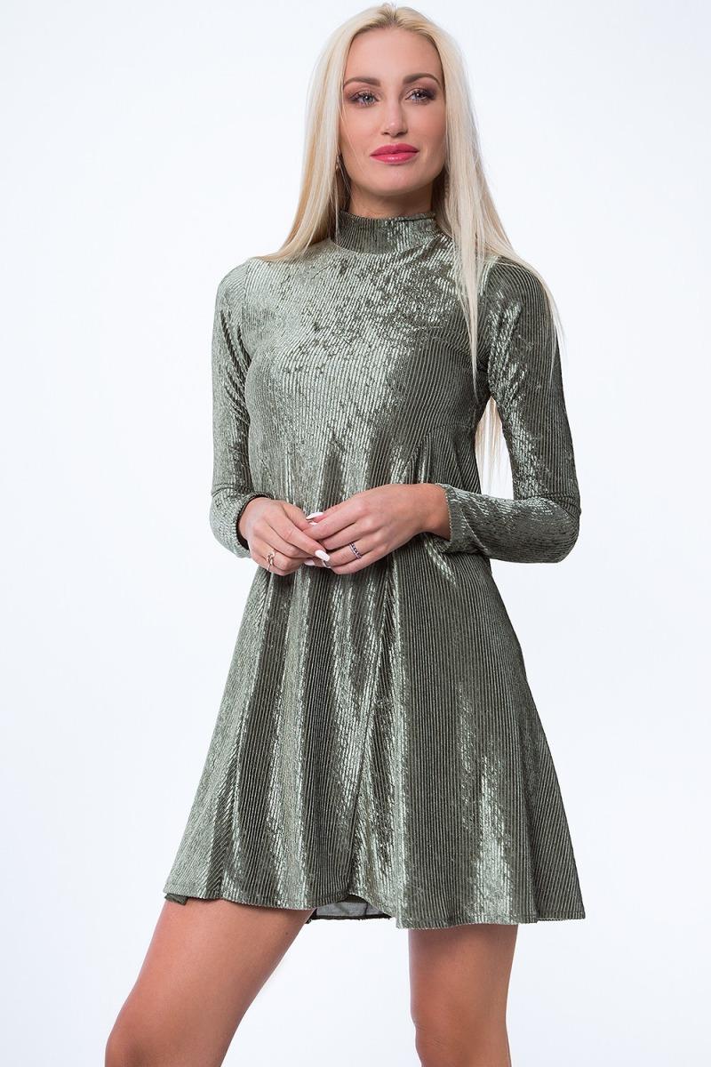 Na párty s priateľmi zvoľte napríklad lesklé šaty s dlhým rukávom.