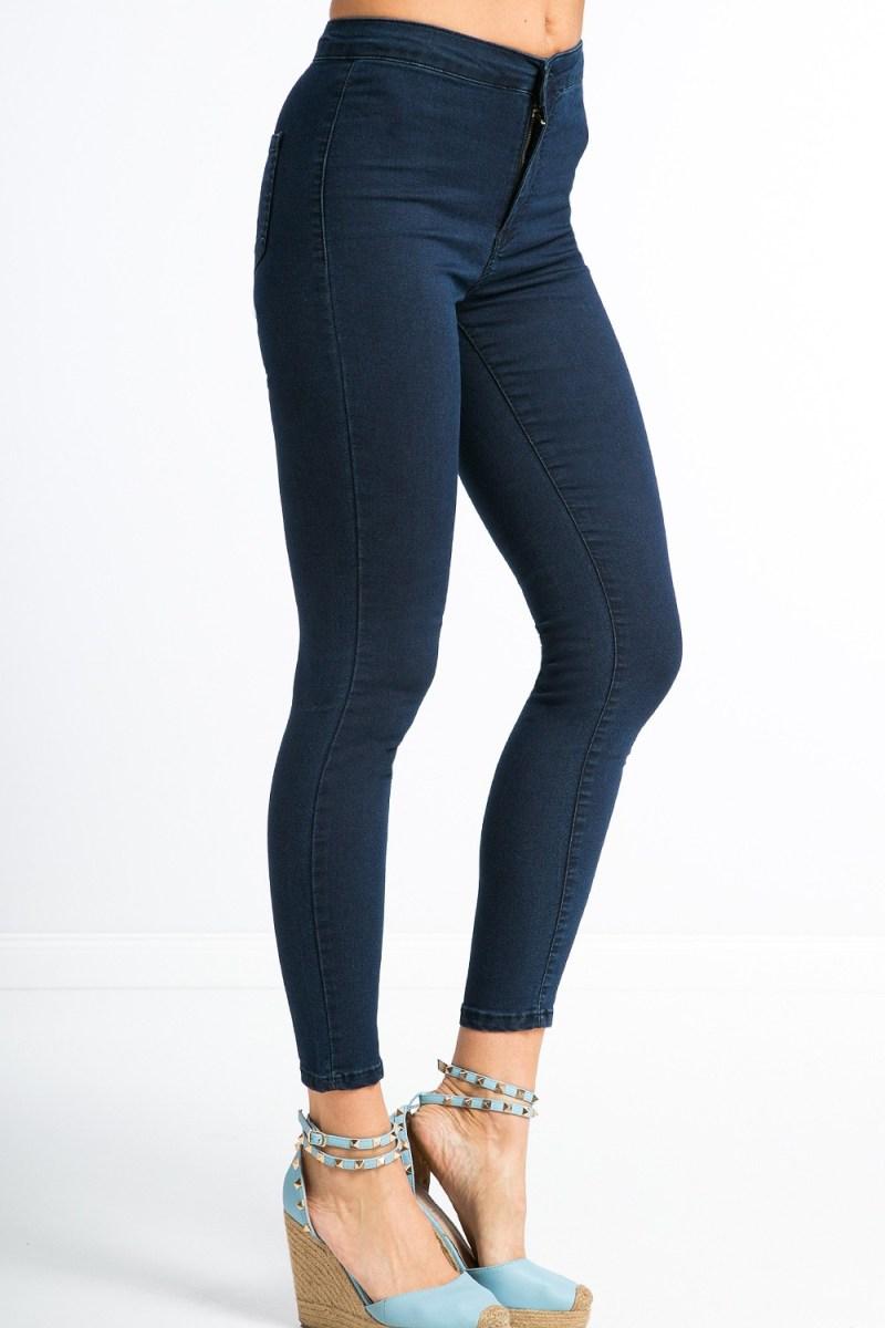 Ak máte široké ramená, kombinujte obtiahnuté nohavice s výraznými topánkami.