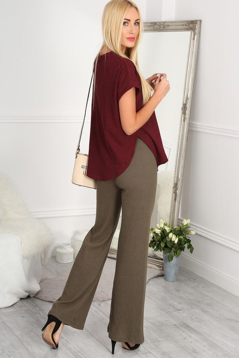 Zvonové nohavice sú trendy a všestranné.
