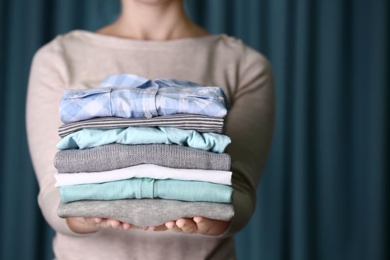 Trieďte oblečenie podľa farby aj materiálov.