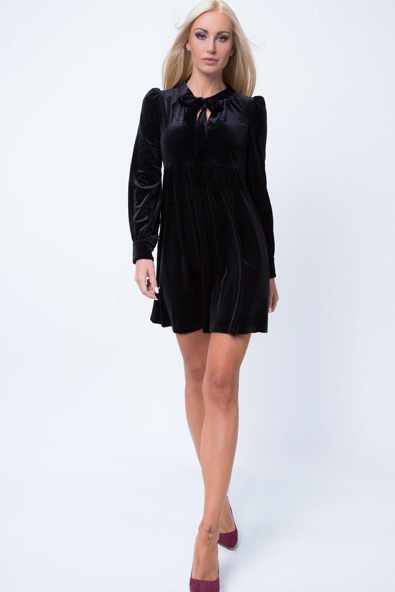 Šaty s detailom na golieri a zvýraznenými plecami pôsobia vždy elegantne.