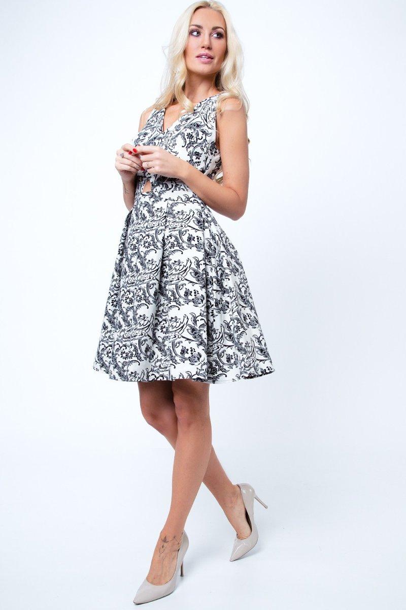 Luxusný vzor na spoločenských šatách je vhodný počas jesene.